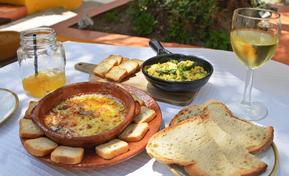 Grilled cheese and eggs with asparagus - Alentejo food